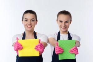 掃除をアピールする女性